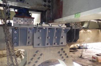 吊橋の床桁支承(160基)取替工事